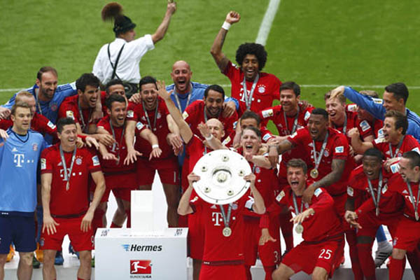 Bayern Munich's Philipp Lahm lifts up the trophy after their final German first division Bundesliga soccer match of the season against FSV Mainz 05 in Munich, May 23, 2015.    REUTERS/Michaela Rehle     DFL RULES TO LIMIT THE ONLINE USAGE DURING MATCH TIME TO 15 PICTURES PER GAME. IMAGE SEQUENCES TO SIMULATE VIDEO IS NOT ALLOWED AT ANY TIME. FOR FURTHER QUERIES PLEASE CONTACT DFL DIRECTLY AT + 49 69 650050.